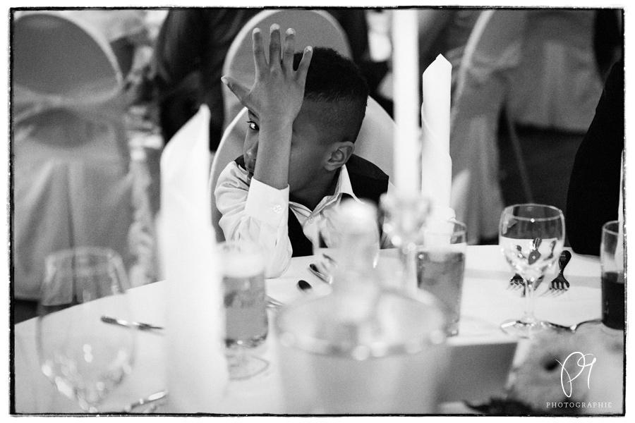 Ein schwarzweiss Foto aus einer kleinen Hochzeitsreportage in Kaarst. Ein kleiner Hochzeitsgast mit großer Persönlichkeit!