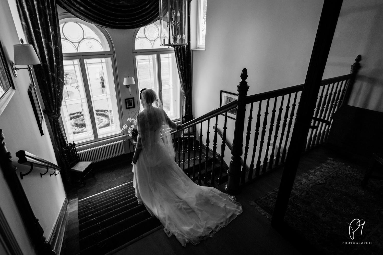 Die Braut ist auf dem Weg zur Kirche. Diese Hochzeitsreportage entstand auf Gut Kump in Hamm.