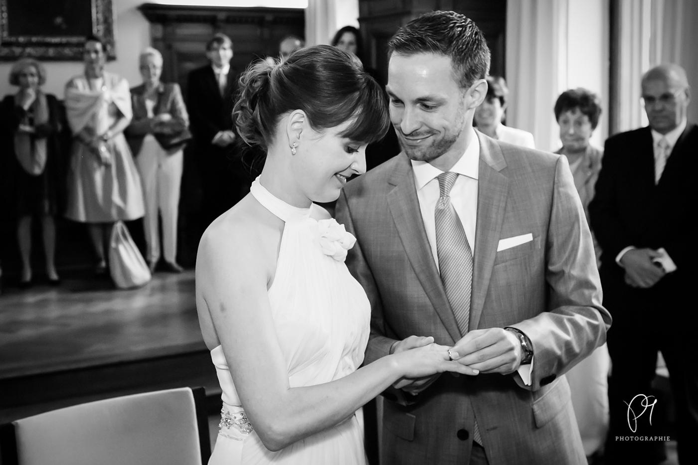 Ein Hochzeitsfoto aus dem Standesamt Inselstr. in Düsseldorf. Der Bräutigam steckt der Braut den Ring an. Aufgenommen wurde das Foto mit der Canon 5d Mark III und mit Lightroom bearbeitet.