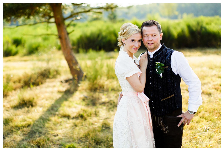 Dieses Hochzeitsfoto ist ein Teil einer Hochzeitsreportage, die ich mit dem Brautpaar in der Wahner Heide fotografiert habe. Für die Aufnahmen habe ich die Canon 5D MarkIII und das Canon 50MM 1.2 benutzt.